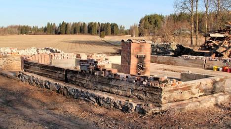 Lääkärin talon satavuotiaasta tallista jäi jäljelle vain kivijalka ja muuri.