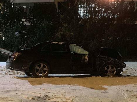 Toinen Ylöjärven kolarin autoista oli siirretty tien sivuun. Vaurioituneessa autossa turvatyynyt olivat lauenneet. Kuva otettu noin kello 21.20.