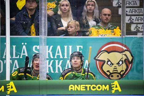 Ilveksen Eemeli Suomi (vas.) ja Robert Leino istuivat heti TPS-pelin alussa jäähyllä. Vastustaja teki ylivoimalla johtomaalin.