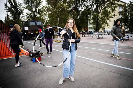 Kuusi vuotta sirkusta harrastanut Pinja Kosonen toimii Sorin sirkuksen välituntisirkuksen ohjaajana. Tiistaina temppuiltiin Hatanpään koulun pihalla.