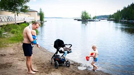 Johannes Koivisto käy poikiensa Hugon (sylissä) ja Simonin kanssa usein Rauhaniemen uimarannalla Tampereella. Pienten lasten kanssa valvova katse ei voi herpaantua koskaan.