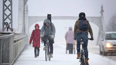 Torstaina tuiskuttaa lunta muuallakin kuin Porinsillalla.