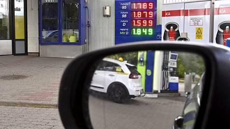 Ennätyskorkeiksi nopeaan tahtiin nousseet energian hinnat ovat nousseet poliittiseksi kuumaksi perunaksi Euroopassa. Kuvassa polttoaineiden hintataulu huoltoasemalla Janakkalassa 1. syyskuuta 2021.