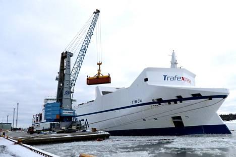 M/S Timca on edelleen laituriin kiinnittyneenä Rauman satamassa.