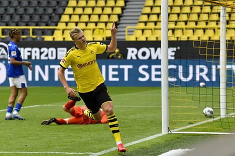 Dortmundin norjalaissensaatio Erling Braut Håland iski avausmaalin, kun Dortmund päihitti Schalken lukemin 4–0.