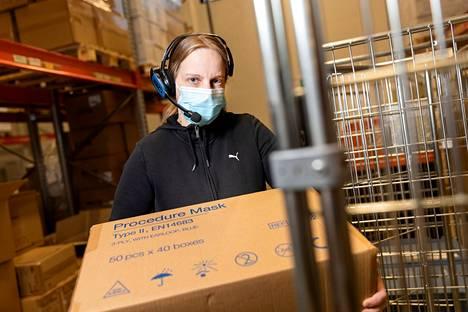 Tekoäly ohjaa logistiikkatyöntekijä Paula Schultz-Haaviston oikealle maskihyllylle.