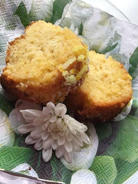 Tomusokeri ja sitruunankuoriraaste maustavat kakun.