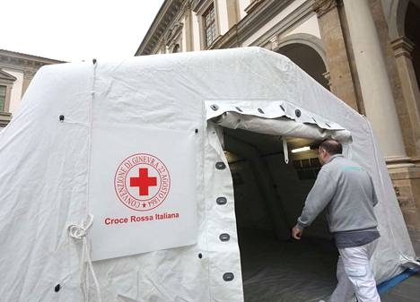 Pohjois-Italian Firenzessä sairaalaan saapuvat potilaat otetaan vastaan teltassa, jossa heille tehdään hoidon tarpeen arviointi. Sairaalan pääsisäänkäynti on varattu ambulanssilla tuotaville Covid-19-tautiin sairastuneille potilaille.
