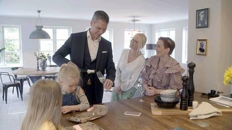Maria Veitola yökyläilee Linda Lampeniuksen ja tämän perheen kotona Tukholman Brommassa