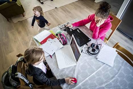 Opiskeluun tai töihin keskittyminen voi olla hankalaa, jos koko perhe on poikkeustilanteessa kotona. Dosentti Tanja Äärelän mukaan ei voida olettaa, että kaikki opetussuunnitelman opit toteutuisivat etäopetuksessa. Tärkeintä olisi, että tietyn vuosiluokan perustaidot tulisivat hallintaan myös poikkeustilanteessa.
