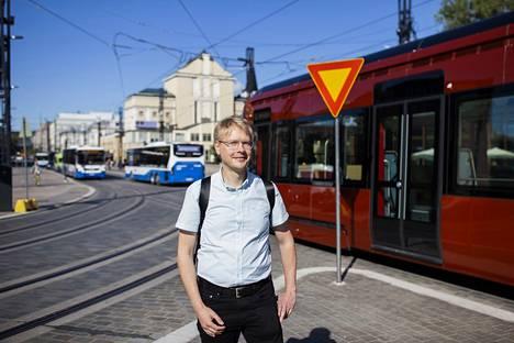 Tampereen kaupungin joukkoliikenteen suunnittelupäällikkö Juha-Pekka Häyrynen sanoo, että uuden opettelua on edessä. Silti hän kannustaa ihmisiä käyttämään joukkoliikennettä. – Ei muuta kuin rohkeasti kyytiin, hän sanoo. Häyrynen kuvattiin Hämeenkadulla 5.8.