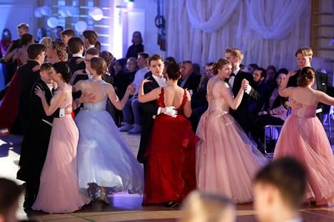 Vuoden 2020 helmikuussa Porin lyseossa tanssittiin vielä perinteisesti ilman koronaa ja sen tuomia erityisjärjestelyjä.