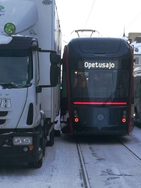 Ratikka ja jakeluauto kolaroivat Tampereen keskustassa keskiviikkona aamupäivällä.
