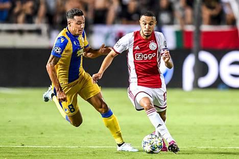 APOEL Nikosian Lucas Souza pystyi pitämään Ajaxin Noussair Mazraouin pimennossa.