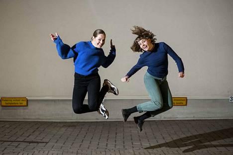 Oona (vas.) ja Anna Airola löytävät yhteisen tyylilajin ja sävelen helposti niin vapaa-ajalla kuin teatterin lavalla.
