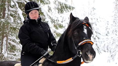 Mia Aaltonen toteaa, että hevosen kanssa luonto ja hiljaisuus näyttäytyy ihan eri tavalla.