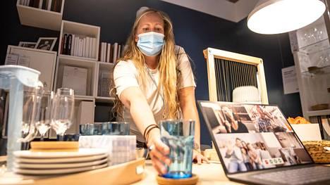 Pernilla Drugge-Ahlberg työskentelee Tampereen Ikeassa sisustussuunnittelijana. Ideoita hän saa esimerkiksi sosiaalisesta mediasta, jossa asiakkaat jakavat omia sisustusvinkkejään.