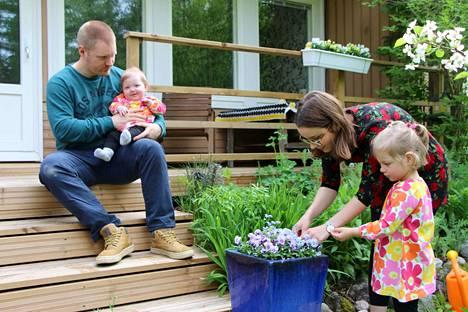 Vapaa-aikana Hilla Nieminen ja Eetu Nikkilä nauttivat perheen yhteisestä ajasta. Seelan (isän sylissä) ja Ellenin erilaiset alut ovat saaneet vanhempia miettimään elämää uudelleen ja  nauttimaan tyttöjen kanssa jokaisesta hetkestä.