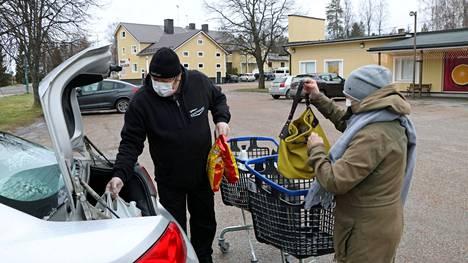 Karvialaiset Jouni Putkonen ja Eeva Söderqvist kertovat käyttäneensä kasvomaskeja säännöllisesti jo puolentoista kuukauden ajan.