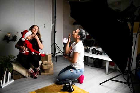Kian ja Anne Suominen kuvattavana. Dilan Rauhala kysyi, haluaako äiti mukaan kuvaan.