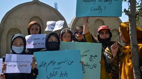 Naisia seisoi kylttejä kannatellen mielenosoituksessa Kabulissa 8. syyskuussa.