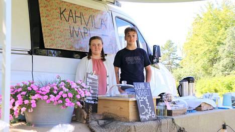Anni Laine ja Joa Silventoinen ovat vanhoja konkareita jo perinteeksi muodostuneet kesäkahvilan pidossa.
