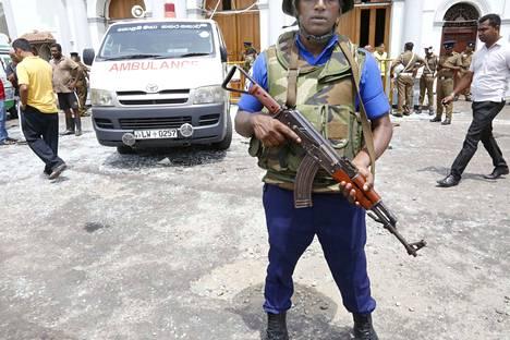 Vartija seisomassa St. Anthonyn kirkolla Colombossa, jossa tapahtui räjähdys varhain sunnuntaina Suomen aikaan.