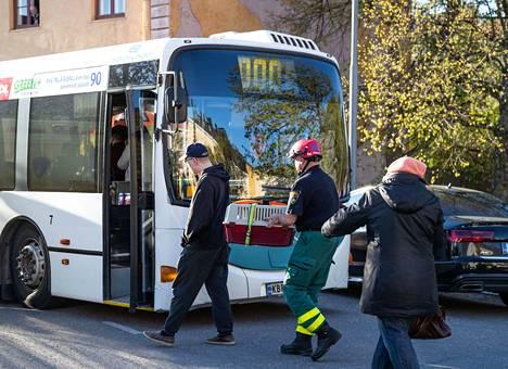 Keskuskartanon asukkaista on huolehtimassa pelastuslaitoksen lisäksi SPR:n ja sosiaalipäivystyksen väkeä. Asukkaita vietiin bussilla yöpymään Yyterin kylpylähotelliin.