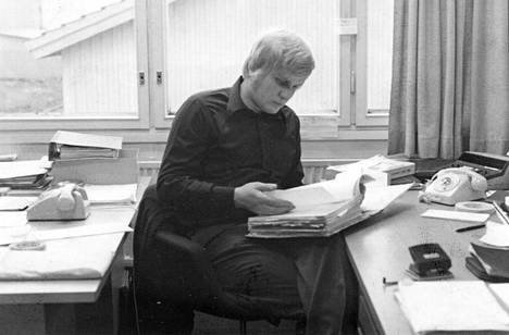 Hiljattain valmistunut nuori insinööri Reijo Alander työpöytänsä ääressä 1970- luvun alkupuolella.