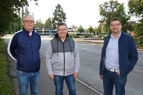 Keijo Kerola, Petri Pirttikangas ja Timo Mustaniemi puuhaavat leijonien hyväntekeväisyyshuutokauppaa.