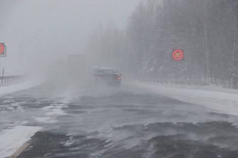 Tammikuussa lumimyräkän tuoma keli näytti tältä Kolmostiellä.