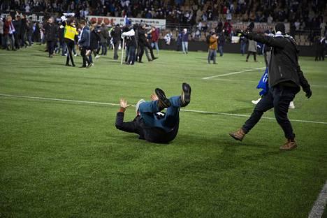 Riehakas kisapaikkajuhla tuo sittenkin Palloliitolle 10000 euron sakkorangaistuksen. Suomi voitti Liechtensteinin 3–0 Helsingissä marraskuussa ja varmisti EM-kisapaikan 2020.