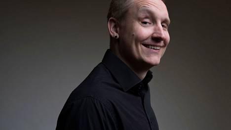 Stand up-koomikko Tommi Mujunen isännöi uuden klubin avajaisiltaa Nokialla. Hän lupaa, että illasta tulee hauska.