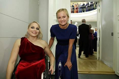 Amanda Kotaja (vasemmalla) poseerasi Liisa Liljan kanssa vuonna 2017.