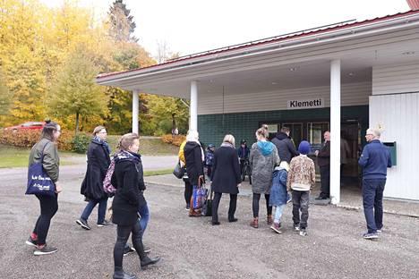 Kulttuuriosuuskunta Pro Oriveden hallituksen puheenjohtaja Reijo Kahelin otti perjantaina kello 14 vastaan tiedotustilaisuuden osanottajia Oriveden opiston Klemetti-salin ovella.