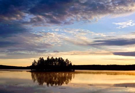 Helvetinjärven kansallispuiston Haukkajärvellä voi kokea hienon tunnelman.