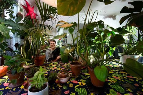 Riikka Lehtovaaran viherkasvi-innostus ei rajoitu vain kasvien hoitoon. Hänellä on muun muassa Instagramissa oma viherkasveihin painottuva nei.likka-tili.