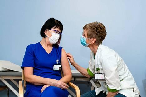 Työterveyshoitaja Maarit Mukkala antoi erikoislääkäri Mervi Mendilucelle toisen Pirkanmaan ensimmäisistä koronavirusrokotteista maanantaiaamuna 28. joulukuuta.