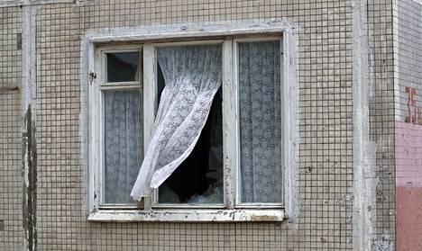 Verho heilui avoimessa ikkunassa moskovalaisessa viisikerroksisessa talossa, joka on tyypillinen 1960-luvulla rakennettu kerrostalo.