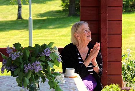 Rytmitajuinen Säterintien palvelutalon asukas Laina Lehkonen osoitti suosiotaan laulujen välissä puutarhakatoksesta. Laulut veivät hänet takaisin muistoihin vuosien takaa.