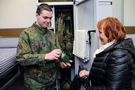 Niko Heinola Catarinolle varusmiespalvelus Suomessa on haasteellinen seikkailu. Äiti Kirsi Heinola Catarino on ylpeä, että poika halusi suorittaa armeijan toisessa kotimaassaan.