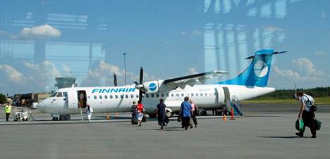 Finnairin matkustajakone Tampere-Pirkkalan lentokentällä vuonna 2003.
