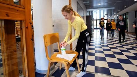 Tehostettua käsihygieniaa koululaiset opettelivat jo toukokuussa. Fanni Heritty laittoi käsidesiä vitosluokan evakossa uimahallilla.