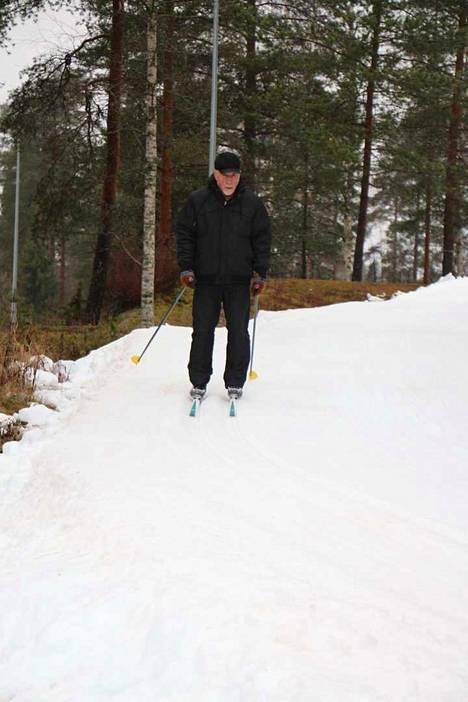 Altti Harju suositteli hiihtoa muillekin ikäihmisille kunnon kohottamiseen.
