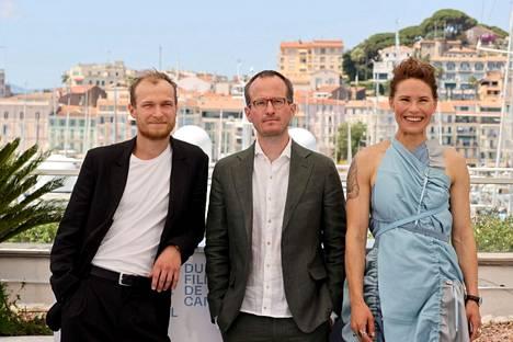 Juri Borisov, Juho Kuosmanen ja Seidi Haarla poseerasivat kuvaajille Cannesissa heinäkuussa 2021.