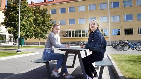 Raumalaiset abiturientit Emma Akkanen ja Minttu Raitaluoto osallistuvat syksyn kirjoituksiin ja ovat lähiopetuksen kannattajia, kun molemmista koulunkäyntitavoista on nyt kokemusta. Molemmat ovat myös ottaneet jo yhden koronarokotuksen.