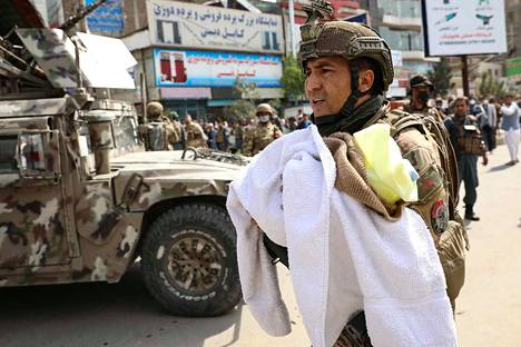 Sotilaat kuljettivat vauvoja pois iskun kohteeksi joutuneesta Kabulin sairaalasta.