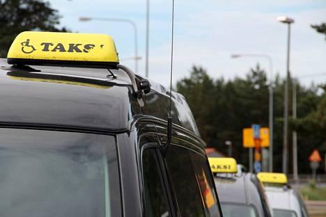 Kela kuunteli niin asiakkailta kuin kuljettajilta tullutta palautetta, ja valitsi kilpailutuksen kautta kaikille alueille kaksi Kela-kyytien palveluntuottajaa.