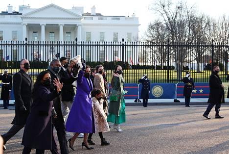 Varapresdientti Kamala Harris ja hänen puolisonsa Doug Emhoff kävelivät perheensä kanssa Valkoisen talon edustalla virkaanastujaisseremonian jälkeen keskiviikkona 20. tammikuuta.