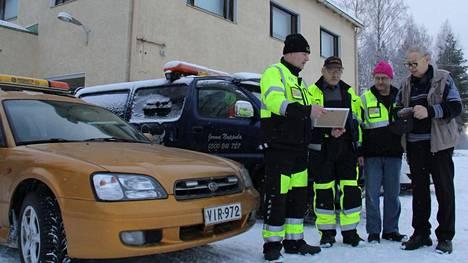 Tiepalvelu palkitsi Simo Sieväsen joulukuussa vuonna 2017. Kunniakirjan ja pronssisen laatan Sieväselle (oik.) luovuttivat Jämsän seudun osaston puheenjohtaja Pekka Paasonen (vas.) sekä yli 40 vuotta toiminnassa mukana olleet Jorma Nuppula ja Esa Jokinen.